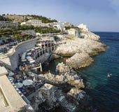 Les touristes sur la plage aboient, l'Italie avec des touristes Photos libres de droits