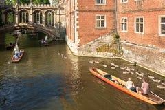 Les touristes sur le coup de volée se déclenchent le long de la came de rivière près du pont des soupirs du St Photos libres de droits