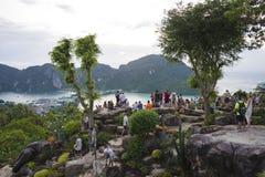 Les touristes sur le point de vue de Phi Phi mettent l'île, Thaïlande La soirée du 17 décembre 2018 images libres de droits