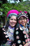 Les touristes utilisent les costumes tribals de Miao Tribal pour apprécier pour prennent la photo Images stock