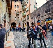 Les touristes visitant la Chambre de Juliet Capulet Giulietta Capuleti ont rendu célèbre par tragédie Romeo et Julie d'amour de W Photos stock