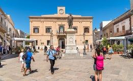 Les touristes visitant le centre de l'île de Favignana, est le plus grand des trois îles d'Aegadian Photos stock