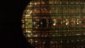 Les touristes visitent dans la maison en verre nationale de théâtre grand de Pékin Chine la nuit banque de vidéos