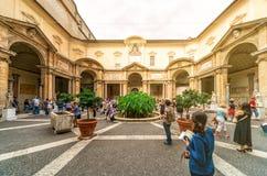 Les touristes visitent le musée de Vatican à Rome photos stock