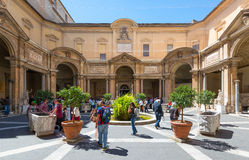 Les touristes visitent le musée de Vatican image libre de droits