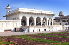 Les touristes visitent le palais blanc dans le fort rouge Âgrâ le 28 janvier 2014 à Âgrâ, uttar pradesh, Inde Le fort est la viei Images stock