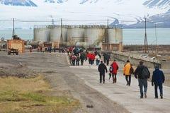 Les touristes visitent le règlement arctique russe abandonné Pyramiden, Norvège Photo libre de droits