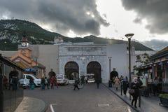 Les touristes visitent les portes grandes de Casemates au centre de la ville Photo stock