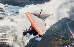 Les touristes volent au-dessus de Victoria Falls sur les tricycles Photos stock