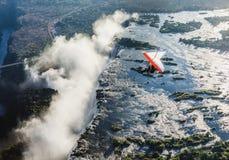 Les touristes volent au-dessus de Victoria Falls sur les tricycles Photographie stock libre de droits