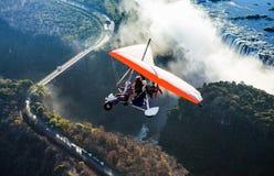 Les touristes volent au-dessus de Victoria Falls sur les tricycles images libres de droits