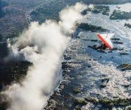 Les touristes volent au-dessus de Victoria Falls sur les tricycles Photos libres de droits