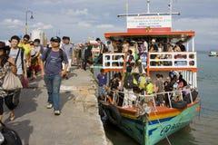 Les touristes vont atterrir d'un bateau flottant en fonction Photographie stock