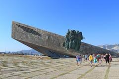 Les touristes vont au bateau de musée à la mémoire du héroisme des soldats et des marins soviétiques pendant la deuxième guerre m photo libre de droits