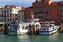 Les touristes vont du bateau Cristina II au pilier Images libres de droits