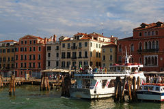 Les touristes vont du bateau Cristina II au pilier Photographie stock