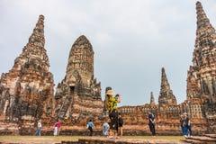 Les touristes voyagent en ruines de Wat Chaiwatthanaram Photo stock