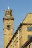 Les tours de cheminée d'Italianate au-dessus du nouveau moulin, Saltaire photographie stock libre de droits