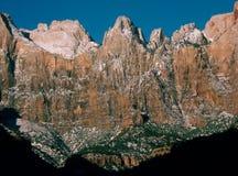 Les tours de la Vierge en hiver de canyon donnent sur la traînée, Zion National Park, Utah Images libres de droits