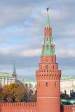 Les tours de Moscou Kremlin avec le rubis rouge se tient le premier rôle sur le dessus Images libres de droits