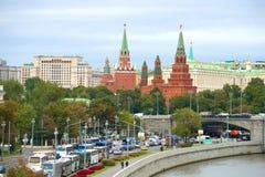 Les tours de Moscou Kremlin dans la ville aménagent en parc Photos libres de droits