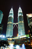 Les tours de Petronas la nuit (Kuala Lumpur, Malaisie) Image libre de droits