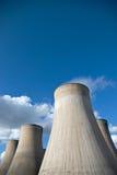 Les tours de refroidissement d'un charbon ont mis le feu la station de puissance encore Images libres de droits