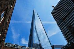 Les tours de tesson au-dessus des bâtiments plus anciens de Londres Image libre de droits