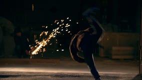 Les tours des arts martiaux, le feilong, nuit sur le fond étincelle, au ralenti banque de vidéos