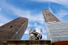 Les tours et la statue à Bologna Photo stock