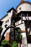 Les tours scéniques et le toit carrelé du son se retranchent La résidence légendaire de Drakula dans les montagnes carpathiennes, image libre de droits