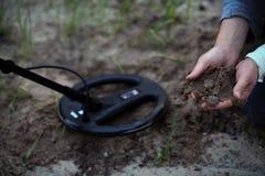 Les trésor-chasseurs Travail avec un détecteur de métaux  photos libres de droits