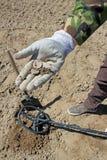 Les trésor-chasseurs Travail avec un détecteur de métaux  image stock