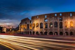 Les traînées de lumière passent le Colosseum à Rome au crépuscule Images libres de droits