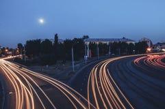 Les traînées de lumière sur la route Photographie stock libre de droits