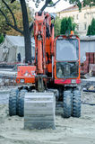 Les tracteurs creusent des puits pour réparer des routes à Lviv Photographie stock libre de droits