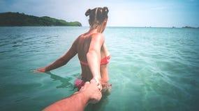 les tractions de fille d'un type en mer images stock