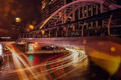 Les trafics et lumières de voiture dans la nuit images libres de droits
