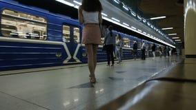 Les trains arrivent à la station de métro et aux départs, timelapse banque de vidéos