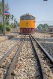 Les trains attend à une plate-forme de chemin de fer Photos stock