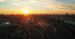 Les trains de voyageurs Gare ferroviaire sur le timelapse de mouvement de coucher du soleil banque de vidéos