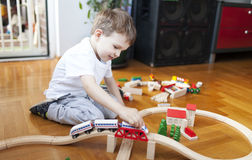 Les trains sont des meilleurs amis de garçons Photo stock