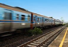 Les trains suburbains se déplaçaient avec la vitesse Photos stock