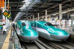 Les trains (ultra-rapides) verts de balle de la série E5 Image stock