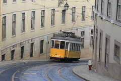 Les trams électriques de Lisbon's croisant en centre ville Image libre de droits