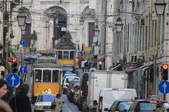 Les trams électriques de Lisbon's croisant en centre ville Photo libre de droits