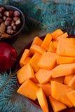 Les tranches découpées en tranches de potiron pour Noël durcissent avec les branches impeccables Photos libres de droits