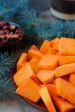 Les tranches découpées en tranches de potiron pour Noël durcissent avec les branches impeccables Image libre de droits