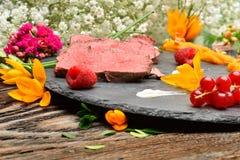 Les tranches de canard ont fait frire la viande dans la disposition de nourriture photographie stock