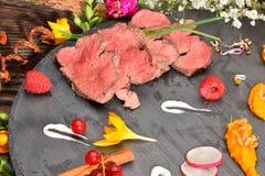 Les tranches de canard ont fait frire la viande dans la disposition de nourriture Photographie stock libre de droits